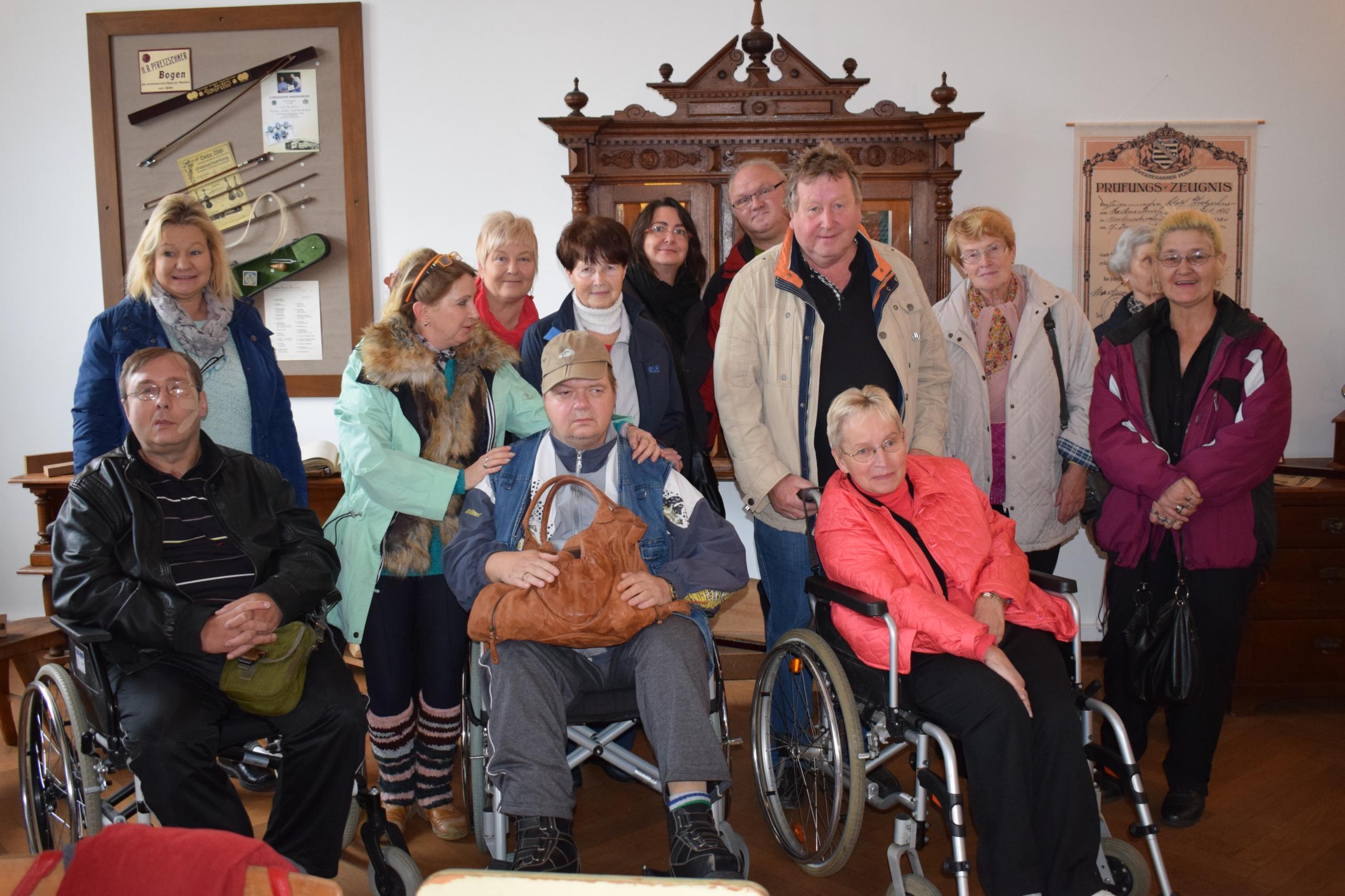 Teilnehmer der Selbsthilfegruppe Plauen in einem Museum in Markneukirchen